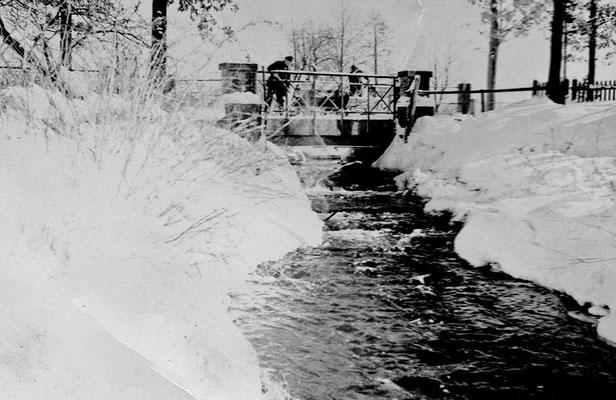 (0287) Fließ und Brücke, 1941; in schneereichen Wintern wurde Schnee zur Brücke gefahren und in das Fließ gekippt