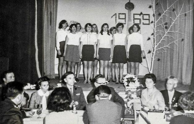 """(0357)  Dorfclub, im """"Mittelpunkt"""", 1969; von rechts: Erich Freitag, Edith Wörpel; unter den Gästen mehrere russische Offiziere mit Ehefrauen"""