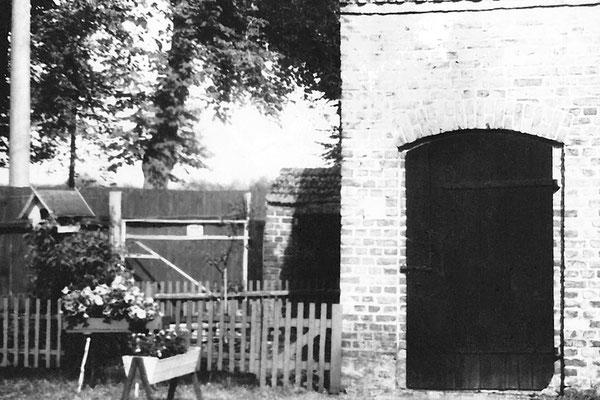 (0480) Blick auf das Stallgebäude und den Durchgang zum Hinterhof mit Stallungen