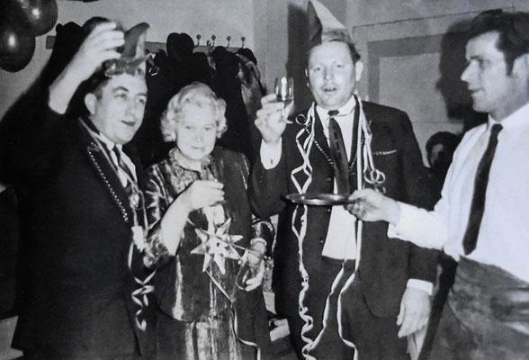 (0556) Fasching; v.l.n.r.: Werner Kulicke, Ella Willamowski, Heinz Schlüter, Helmut Lübke; Jahr unbekannt