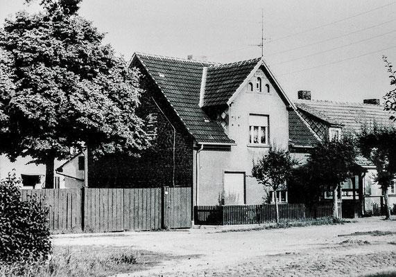 (0191) Lebensmittelgeschäft von Ilse Stelter, 1982; rechts daneben das 1985 abgebrannte Gemeindehaus, das nicht wiederaufgebaut wurde