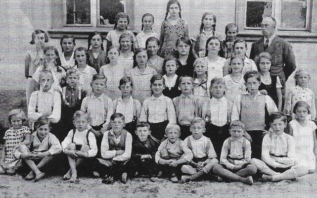 (0373) Klassenbild mit Lehrer Rieck, 1935