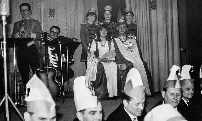 """(0532) Fasching im """"Mittelpunkt""""; 1. Prinzenpaar: Brigitte Freitag, Lothar Kühn; Jahr unbekannt"""