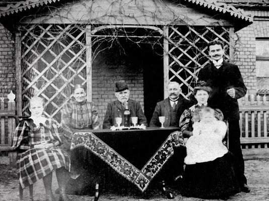 (0236) eine ortsübliche Laube, Rübengasse, Haus von (2018) Gitta Gogolin, rechts Lehrer Schulz mit Frau