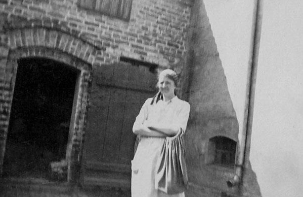 (0394) Herta Ney vor der Waschküche