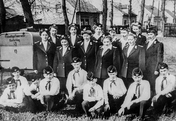 (307) Frauengruppe der Feuerwehr und Arbeitsgemeinschaft junger Brandschutzhelfer, um 1963