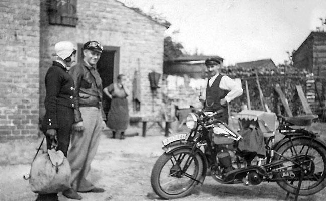 (0014) Horst Bensemann, am Motorrad Karl Regling (Großvater), im Kinderwagen Erika Regling/Menzel, auf dem Hof von (2018) Fam. Gosse, 1935