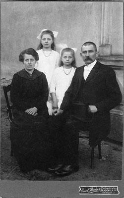 (0483) Wilhelm und Auguste Ney mit ihren Töchtern Herta und Emma