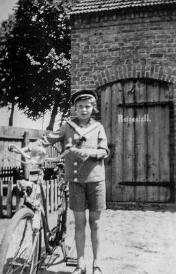 "(0405) Innenhof mit ""Reisestall"", Thea Heuer, um 1940"