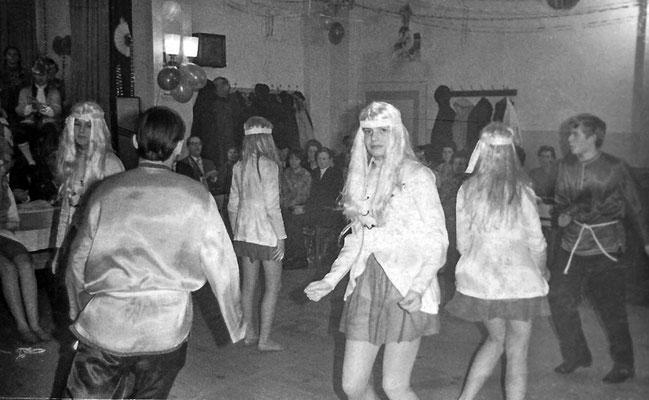 """(0046) Fasching im """"Mittelpunkt""""; Angelika Gühl; um 1970"""