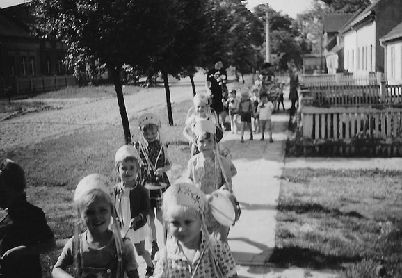 (410) Kindertag, 1982