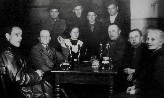 (0200) in der Gaststätte; sitzend v.l.n.r.: Erich Freitag, Paul Heuer, Emma Ney, Gustav Ney, Paul Wörpel, Auguste Ney; stehend v.l.n.r.: Manfred Koch, Siegfried Feist, Heinz Steuer, Alfred Oehlke