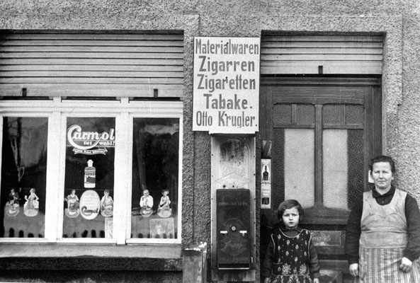 (0286) Materialwaren Otto Krugler, Frau Krugler mit Tochter Ilse, 1930