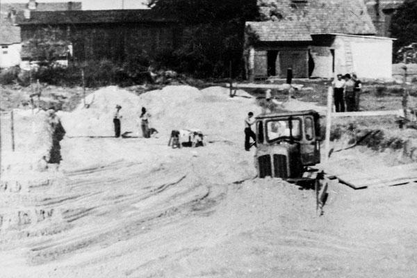 (0156) Bau der Zentralschule für die Schüler aus Kurtschlag, Groß Dölln, Groß Väter, Bebersee, Kappe und Grunewald