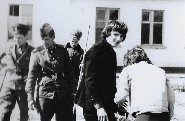 R-016 (0662) Quelle: Andreas Wörpel; Baumpflanz-Aktion von Schülern mit russischen Soldaten, Anfang 1970er Jahre