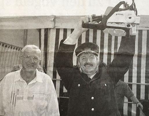 (383) 70jähriges Jubiläum 2002; die Feuerwehr erhält von der Gemeinde eine Motorsäge als Geschenk