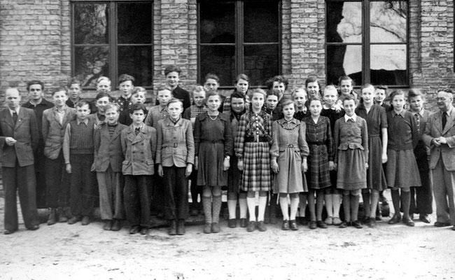 (0295) Lehrer Stiebitz und Sember vor der alten Schule, um 1955