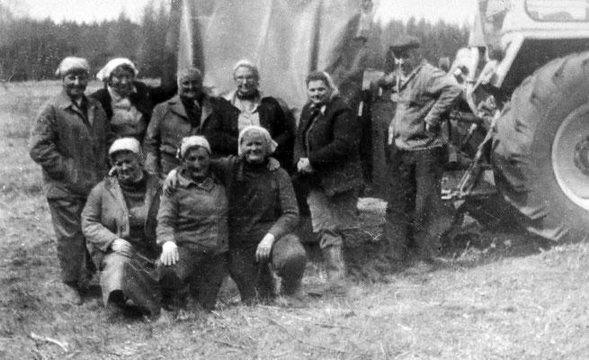 (0179) vordere Reihe v.l.n.r.: Regina Pittack, Hella Bracklow, Inge Vorbau; hintere Reihe v.l.n.r.: Edith Volt, Dora Fechner (Kappe), unbekannt, Edith Stelter, Olga Schläfke (Kappe); rechts Willi Karmutzke (Zehdenick); Trecker ZT300; Ende 1960er Jahre