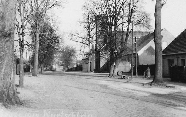 (0242) Dorfstraße mit Kirche; um 1970
