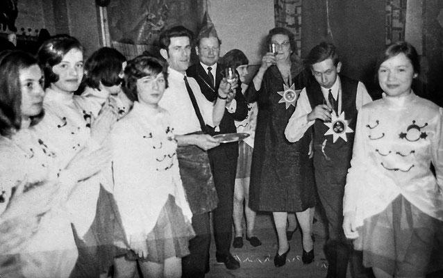"(0044) Fasching im ""Mittelpunkt""; mit Glas: Gerda Leist, Kellner: Helmut Lübke; um 1970"