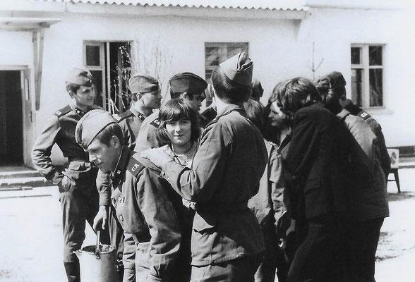 R-020 (0666) Quelle: Andreas Wörpel; Baumpflanz-Aktion von Schülern mit russischen Soldaten, Anfang 1970er Jahre