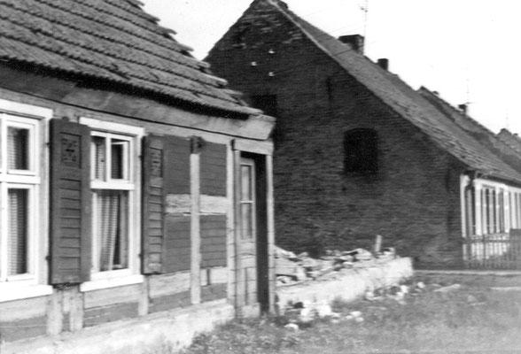 (0226) Haus von Familie Fritz Viehöfer und Familie Donner; in dem später errichteten Neubau wohnt die Familie Freier; rechts das Haus von Fritz Imm, heute Familie Wilksch; 1980