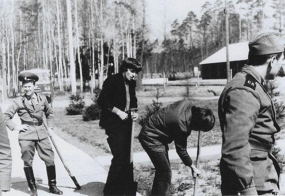 R-019 (0665) Quelle: Andreas Wörpel; Baumpflanz-Aktion von Schülern mit russischen Soldaten, Anfang 1970er Jahre