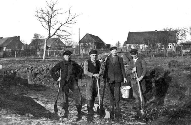 (0207) ein Karpfenteich wird angelegt, im Hintergrund der Alte Kietz; v.l.n.r.: Karl Regling (Vater von Erika Menzel), Erich Ney, Karl Regling (Großvater von Erika Menzel), Hermann Nickel; um 1937