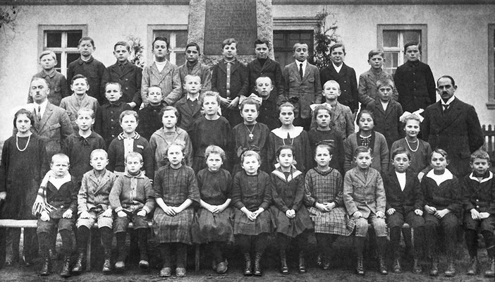 (0129) Klassenfoto vor alter Schule und Kriegerdenkmal, Lehrer Böttcher und Rieck, 1922