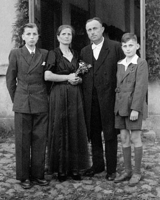 (0491) Emma und Gustav Ney mit ihren Söhnen Wilhelm jr. und Gustav jr., um 1949