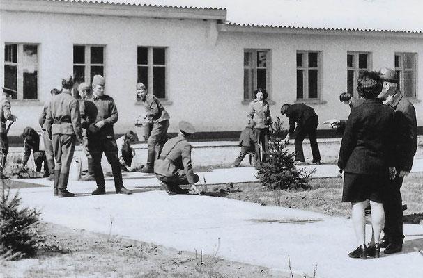 R-018 (0664) Quelle: Andreas Wörpel; Baumpflanz-Aktion von Schülern mit russischen Soldaten, Anfang 1970er Jahre