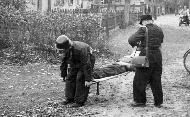 (246) Feuerwehr bei einer Übung, um 1960