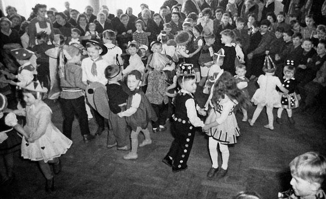 (0431) in der Gaststätte Ney, um 1960