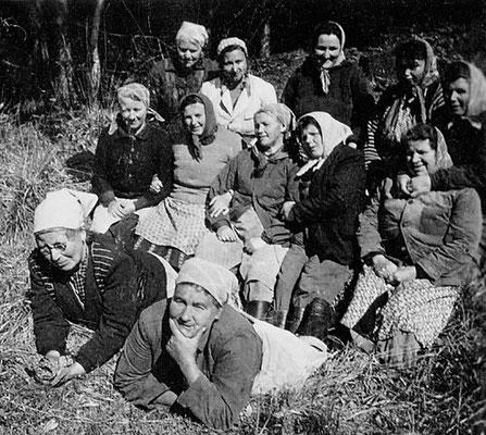 (0403) Waldfrauen, um 1960; mittlere Reihe v.l.n.r.: Frieda Eichstädt, ... Henning, ... Blankenburg, unbekannt, Emma Wörpel; hintere Reihe v.l.n.r.: Minna Lübke, Edith Stelter, unbekannt, Thea Kleiber, unbekannt