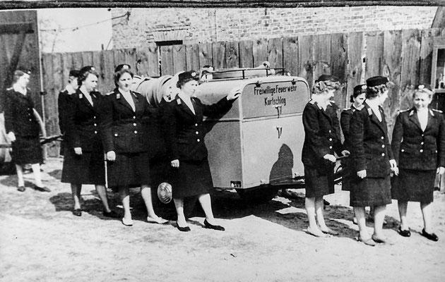(247) Die Frauengruppe mit der Motorspritze, 1964