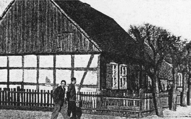 """(0177) """"Kolonistenhaus"""", 18. Jh. (aus: Templiner Kreiskalender, 1941); das älteste Haus, von dem wir eine Abbildung haben, entstanden bald nach der Gründung Kurtschlags 1749; wohl Dorfstraße Ecke Neuer Kietz"""