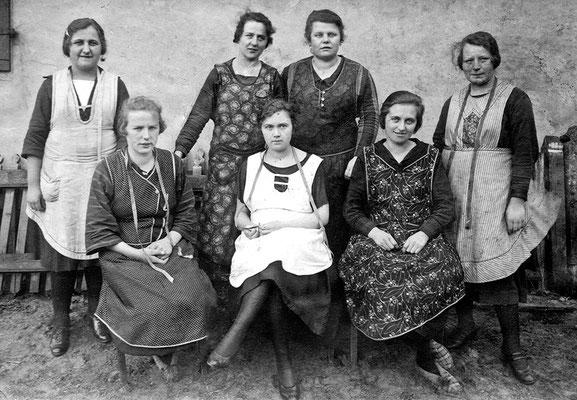 (0220) Kurtschläger Näherinnen; vorne v.l.n.r.: Lenchen Peter, Erna Finger, Frieda Koch; hinten: v.l.n.r.: Emma Krugler, unbekannt, Selma Lindemann, unbekannt; 1927