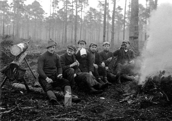 (239) Pause beim Holzeinschlag, 1937
