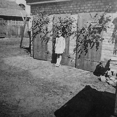 """(015) """"Mittelpunkt der Erde"""", Toiletten im Hof, um 1958 (Marianne Regling)"""