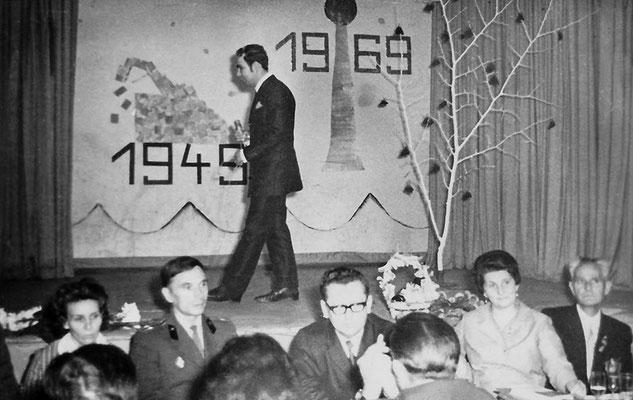 """(0269)  Dorfclub, im """"Mittelpunkt"""", 1969; auf der Bühne Karlheinz Raßmann; von rechts: Erich Freitag, Edith Wörpel; unter den Gästen mehrere russische Offiziere mit Ehefrauen"""
