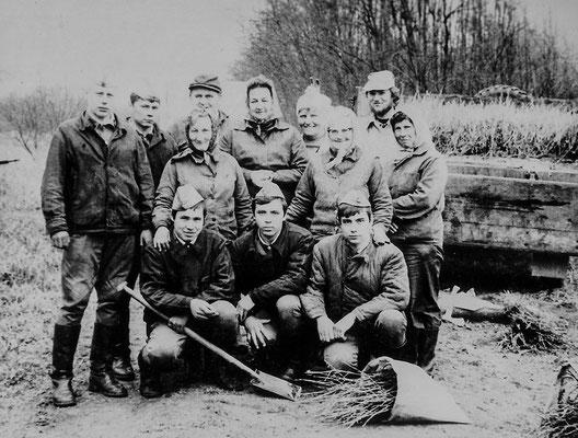 (0182) Hilfe durch russische Soldaten; 5 Soldaten; mittlere Reihe v.l.n.r.: Hella Bracklow, Else Ney, Inge Prahl; hintere Reihe v.l.n.r.: Willi Bracklow, Regine Pittack, Edith Volt, unbekannt; um 1977