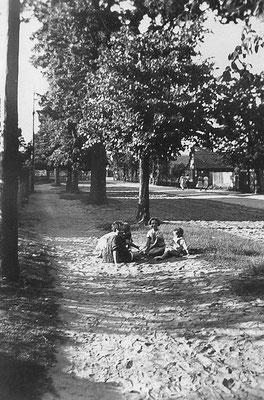 (0344) Dorfstraße, in Richtung Brücke fotografiert, im Hintergrund rechts das alte Feuerwehrhaus, 1933
