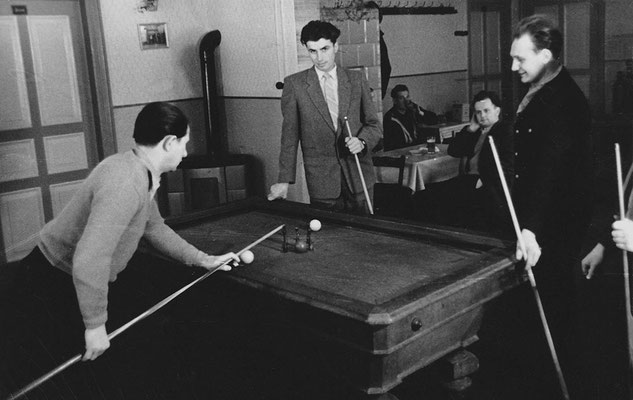 (0502) Billard in der Gaststätte; v.l.n.r.: Werner Kulicke, Wilhelm Ney jr., Heinz Schäfer