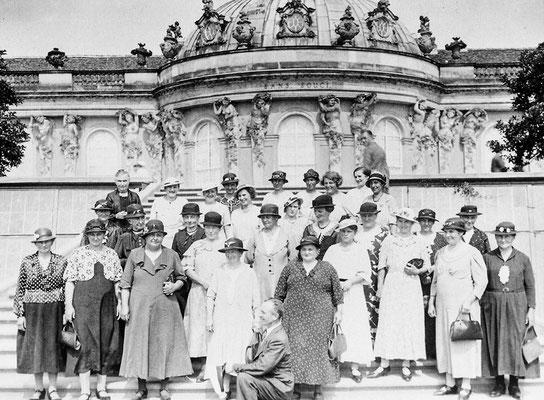 (0174) Ausflug von Kurtschläger Frauen nach Potsdam, um 1937