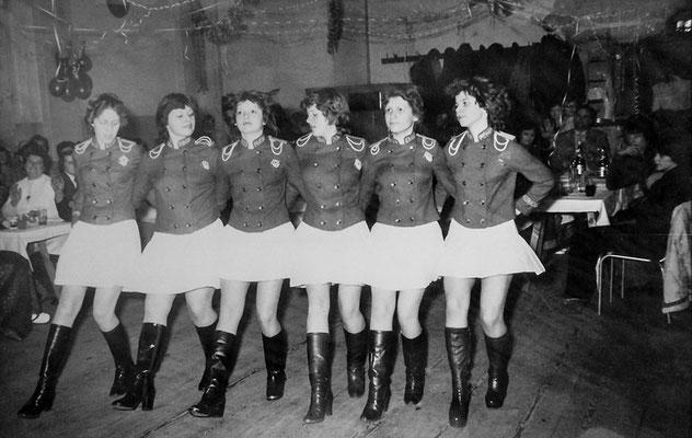 """(0111) Fasching im """"Mittelpunkt""""; v.l.n.r.: Christina Plath, unbekannt, Steffi Prahl, Angela Finger, Silvia Heberlein, Cordula Jaeckel, 1980"""