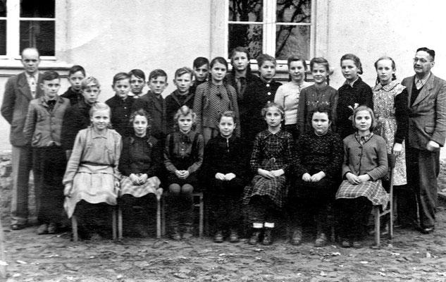 (0281) Klassenfoto mit den Lehrern Gottwald (links) und Stiebitz mit Schülern, 1952