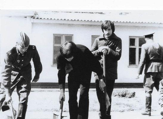 R-015 (0661) Quelle: Andreas Wörpel; Baumpflanz-Aktion von Schülern mit russischen Soldaten, Anfang 1970er Jahre