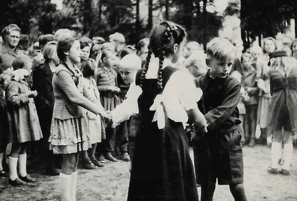 (0626) Kindertag, 1952; in den Sandlöchern; Lehrerin: Christel Radtke