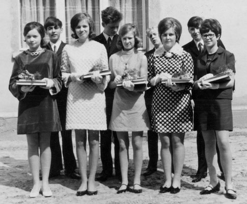 (0285) Jugendweihe, 1972; v.l.n.r.: Viola Arnbeck, Harald Janoska, Angelika Schlüter, Wolfgang Schäfer, Birgit Bracklow, Karl-Heinz Tabbert, Monika Sokolowski, Siegbert Prahl, Karla Kulicke