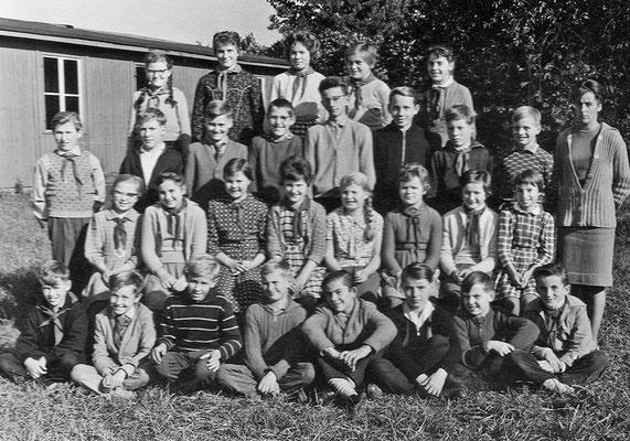 (0293) Klasse 6 mit Frau Behrendt vor der Schulbaracke